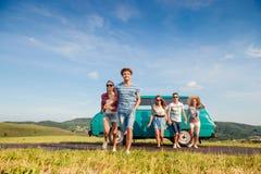 Pares adolescentes running no amor fora contra o céu azul Imagem de Stock Royalty Free