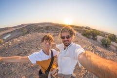 Pares adultos de sorriso que tomam o selfie no deserto de Namib, parque nacional de Namib Naukluft, destino do curso em Namíbia,  fotos de stock royalty free