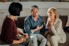 Pares adultos deprimidos que tienen conversación con el terapeuta personal foto de archivo