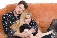 Pares adultos en el sofá Imágenes de archivo libres de regalías