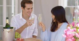 Pares adultos felices jovenes que tuestan el champán Imagen de archivo