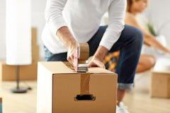 Pares adultos felizes que movem-se para fora ou dentro para a casa nova fotos de stock