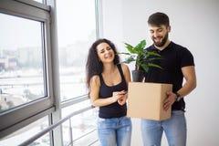 Pares adultos felizes que movem-se para fora ou dentro para a casa nova imagem de stock royalty free