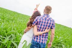 Pares adultos jovenes cariñosos felices que pasan tiempo en el campo el día soleado Fotos de archivo libres de regalías