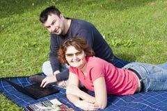 Pares adultos jovenes en el parque Imágenes de archivo libres de regalías