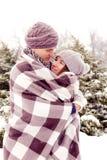 Pares adultos jovenes en parque en invierno Imagen de archivo