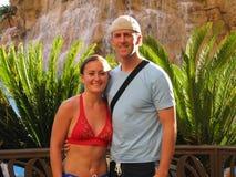 Pares adultos jovenes en vacaciones tropicales fotos de archivo