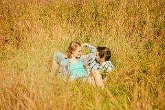 Pares adultos jovenes felices en amor en el campo Dos, hombre y wom Foto de archivo