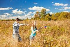 Pares adultos jovenes felices en amor en el campo Dos, hombre y wom Fotos de archivo libres de regalías