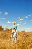 Pares adultos jovenes felices en amor en el campo Dos, hombre y wom Imagenes de archivo