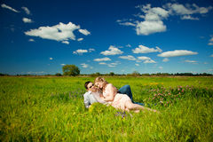 Pares adultos jovenes felices en amor en el campo Dos, hombre y wom Imágenes de archivo libres de regalías