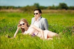 Pares adultos jovenes felices en amor en el campo Dos, hombre y wom Imagen de archivo
