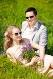 Pares adultos jovenes felices en amor en el campo Dos, hombre y wom Foto de archivo libre de regalías