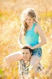 Pares adultos jovenes felices en amor en el campo Dos, hombre y wom Fotografía de archivo libre de regalías