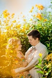 Pares adultos jovenes felices en amor en el campo Dos, hombre y wom Fotos de archivo