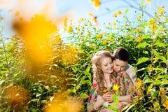 Pares adultos jovenes felices en amor en el campo Dos, hombre y wom Fotografía de archivo