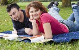 Pares adultos jovenes que se relajan Foto de archivo libre de regalías