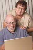 Pares adultos mayores dolidos en el ordenador Fotos de archivo libres de regalías