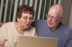 Pares adultos mayores que se divierten en el ordenador Imagenes de archivo