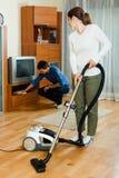Pares adultos que hacen el quehacer doméstico junto Imagen de archivo