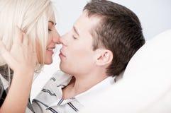 Pares afectuosos aproximadamente a beijar fotografia de stock