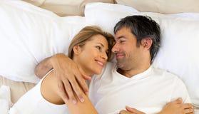 Pares afectuosos que abraçam o encontro na cama Fotos de Stock