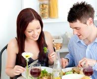 Pares afectuosos que têm o jantar em casa foto de stock royalty free