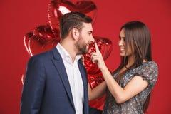 Pares afetuosos com balões Amantes felizes fotos de stock royalty free