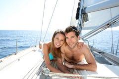 Pares afortunados que relaxam em um barco Foto de Stock