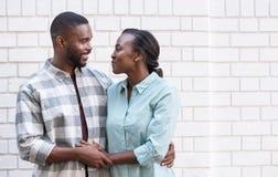 Pares africanos cariñosos que sonríen en uno a en la ciudad fotos de archivo