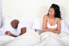 Pares africanos de Amrican en cama Imagen de archivo libre de regalías