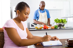 Pares africanos em casa Imagens de Stock