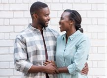 Pares africanos jovenes cariñosos que se unen en la ciudad Foto de archivo libre de regalías