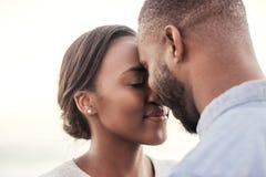 Pares africanos jovenes contentos que disfrutan de un momento romántico junto Imágenes de archivo libres de regalías