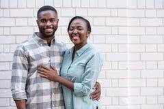Pares africanos jovenes que sonríen mientras que se une en la ciudad Fotografía de archivo libre de regalías