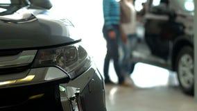 Pares africanos maduros que compran un coche en la representación almacen de metraje de vídeo