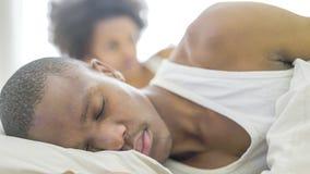Pares africanos que encontram-se na cama Foto de Stock