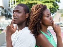Pares afro-americanos de pensamento na cidade Fotografia de Stock