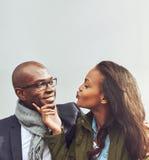 Pares afro-americanos loving em uma data imagens de stock