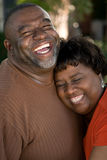 Pares afro-americanos maduros que riem e que abraçam Fotografia de Stock Royalty Free