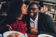 Pares afro-americanos que datam no restaurante imagem de stock royalty free
