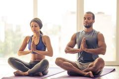 Pares afro-americanos que fazem a ioga foto de stock royalty free
