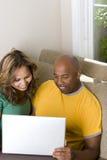 Pares afro-americanos que trabalham no computador Fotografia de Stock