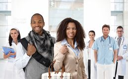 Pares afro novos no centro médico fotografia de stock royalty free