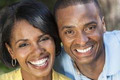 Pares afroamericanos de la mujer y del hombre foto de archivo
