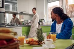 Pares afroamericanos en desayuno de la cocina fotos de archivo