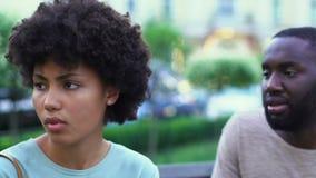 Pares afroamericanos jovenes que discuten al aire libre, mentiras en las relaciones, desintegración metrajes