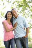 Pares afroamericanos jovenes románticos que caminan en parque Fotos de archivo libres de regalías