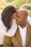 Pares afroamericanos que ríen y que abrazan afuera Imagenes de archivo