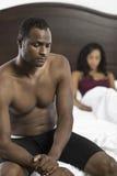Pares afroamericanos tensados en dormitorio Imagen de archivo